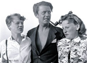 The young designer Viggo Boesen with two women in his arms.
